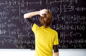 математик пишет на доске